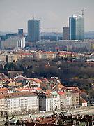 Im Vordergrund Häuser am Moldau Ufer in der Prager Innenstadt - im Hintergrund der Bau von Hochhäusern im Stadtteil Pankrac.<br /> <br /> In front old houses at the Vltava river - in the back skyscraper contructions at the Prague quater Pankrac.