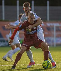 Anders Holst (FC Helsingør) har godt fat i Sebastian Denius (Skive IK) under kampen i 1. Division mellem FC Helsingør og Skive IK den 18. oktober 2020 på Helsingør Stadion (Foto: Claus Birch).