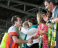 AMSTELVEEN - Seve van Ass (Ned) krijgt zijn gouden medaille van minster Schippers     na de finale (heren) Belgie-Nederland (2-4) bij de Rabo EuroHockey Championships 2017. COPYRIGHT KOEN SUYK