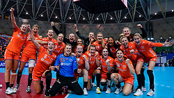 13-12-2019 JAP: Semi Final Netherlands - Russia, Kumamoto<br /> The Netherlands beat Russia in the semifinals 33-22 and qualify for the final on Sunday in Park Dome at 24th IHF Women's Handball World Championship / Netherlands celebrate, team photo