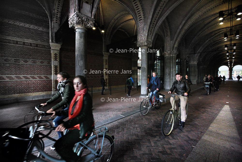 Nederland, Amsterdam , 20 oktober 2014.<br /> De fiets- en wandeldoorgang onder het Rijksmuseum verloopt weer soepel.<br /> <br /> Foto:Jean-Pierre Jans