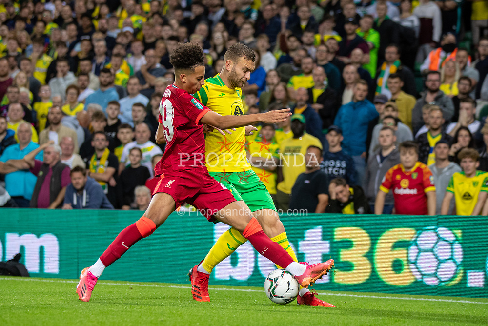 NORWICH, ENGLAND - Tuesday, September 21, 2021: Liverpool's Kaide Gordon (L) challenges Norwich City's Ben Gibson during the Football League Cup 3rd Round match between Norwich City FC and Liverpool FC at Carrow Road. Liverpool won 3-0. (Pic by David Rawcliffe/Propaganda)