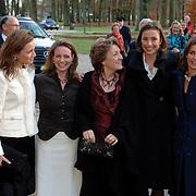 NLD/Apeldoorn/20051216 - Prinses Margriet en schoondochters bezoeken tentoonstelling Bruiden van Het Loo, aankomst prinses Marilene van den Broek, Anita van Eijk, Annet Sekreve, Aimee Söhngen en prinses Margriet