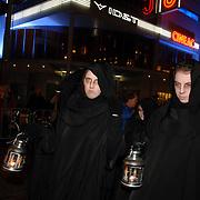 NLD/Amsterdam/20051121 - Premiere Harry Potter en de Vuurketel, geesten met lampen in zwarte kappen