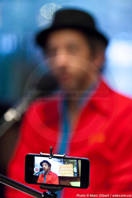 Portrait en direct d'Arthur H pour son nouvel album Soleil Dedans, lors de l'émission radiophonique Francophonie Express  à  Bar Alice de l'hôtel Omni / Montreal / Canada / 2014-09-02, Photo © Marc Gibert / adecom.ca