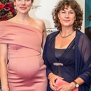 NLD/Amsterdam/20160907 - Inloop Gala van het Nationale Ballet 2016, zwangere Anna Drijver en haar moeder