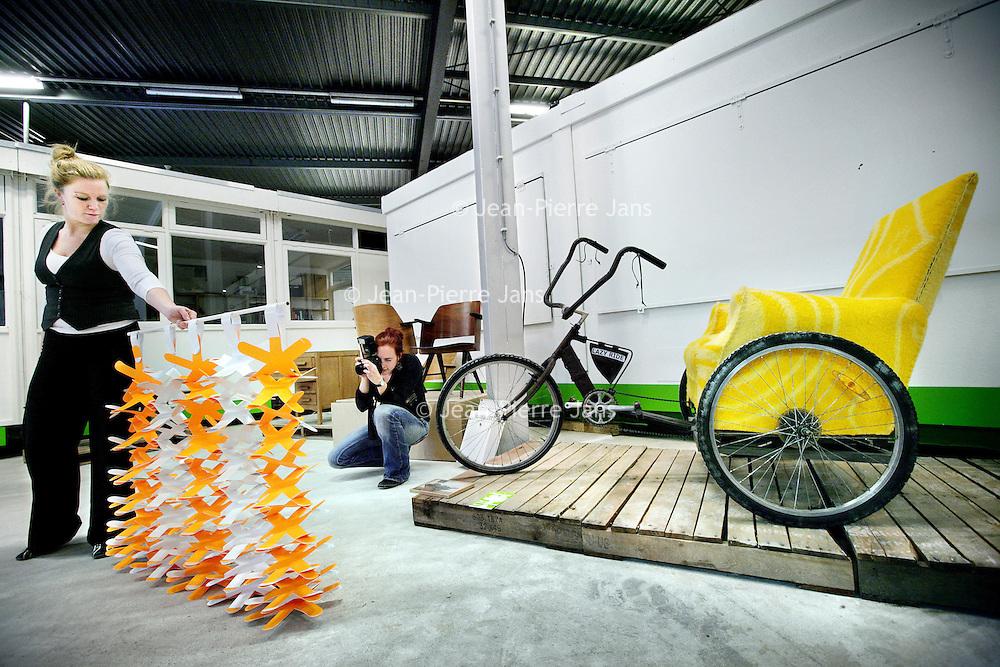 Nederland, Eindhoven,25 oktober 2008..Veiling van oude spullen, die nieuwe bestemming krijgen..In het kader van DutchDesign Week..De veiling heet bloeiend Goed..Op de foto is verder te zien hoe op creatieve wijze papieren gordijnen kunnen fungeren als scheidingen  in grote ruimtes.