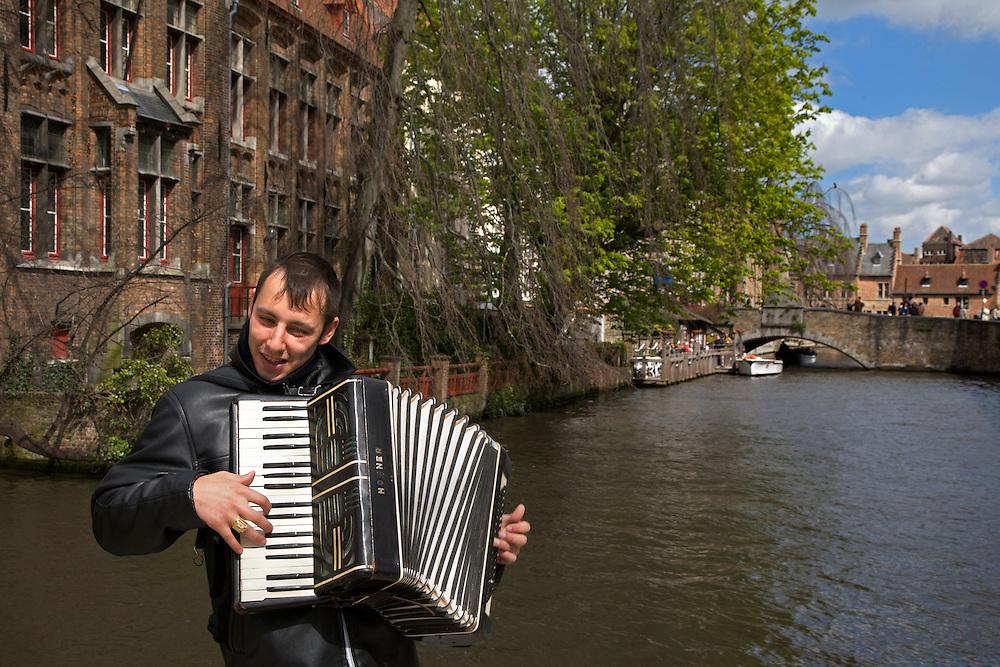 BÉLGICA / FLANDES / BRUJAS<br /> Acordeonista en el Canal de Dijver<br /> <br /> ©JOAN COSTA