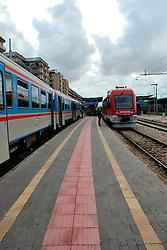 Le Ferrovie del Sud Est nascono in Puglia, nell'ottobre del 1931. A questà nuova società veniva dato in concessione l'insieme delle reti ferroviarie precedentemente gestite da diversi organismi (Società per le Ferrovie Salentine, Società per le Ferrovie Sussidiate, Ferrovie dello Stato)..Le aree pugliesi attraversate dalla società ferroviaria sono l'area barese, la fascia Taranto-Brindisi e l'area leccese-salentina, collegando fra loro i capoluoghi di Bari, Taranto e Lecce, nonché oltre 130 comuni delle province meridionali..Il reportage fotografico sulle Ferrovie Sud Est intende testimoniare l'evoluzione tecnologica che, durante gli anni, ha modificato e migliorato il servizio ferroviario e la convivenza del progresso con tracce del passato, attraverso un viaggio tra le stazioni e i depositi..Stazione Sud Est a Bari Centrale.