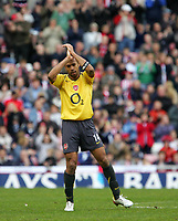 Photo: Andrew Unwin.<br /> Sunderland v Arsenal. The Barclays Premiership. 01/05/2006.<br /> Arsenal's Thierry Henry receives applause from home and away fans as he leaves the field.