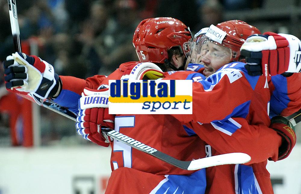 Jubel zum Tor bei Torschuetze  Anton Nikulin (RUS) und Assist Ilya Kovalchuk (RUS) © Melanie Duchene/EQ Images
