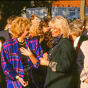 NLD/Hilversum/19891116 - Prins Bernhard opent nieuwe pand van ferarri dealer Kroymans in Hilversum, lisette Hordijk en Ciska Peters - van der Linden