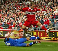 Fotball<br /> Premier League England 2004/2005<br /> Foto: SBI/Digitalsport<br /> NORWAY ONLY<br /> <br /> 25.09.2004<br /> <br /> Middlesbrough v Chelsea<br /> <br /> Middlesbrough's Bolo Zenden (R) hurdles a challenge from Chelsea's Paulo Ferreira (L)