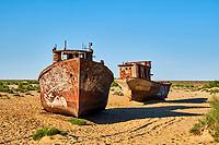 Ouzbekistan, region de Karakalpakstan, mer d'Aral, Moynaq, bateaux rouillant à l'emplacement de la mer d'Aral // Uzbekistan, Karakalpakstan province, Aral sea, Moynaq, Old rusty ships in the former Aral Sea