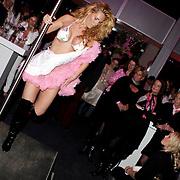 NLD/Amsterdam/20081023 - Presentatie Perfect Age creme, optreden van paaldanseres