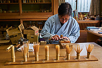 Japon, île de Honshu, région de Kansaï, Kyoto, Mr Tanimura Yasaburo, artisan de chasen, intrument de cérémonie du thé pour faire le thé matcha // Japan, Honshu island, Kansai region, Kyoto, Mr Tanimura Yasaburo, making chasen, whisk for matcha for the tea ceremony