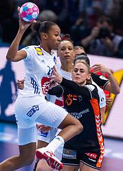 14-12-2018 FRA: Women European Handball Championships France - Netherlands, Paris<br /> Second semi final France - Netherlands / Maura Visser #15 of Netherlands  can't stop Estelle Nze Minko #27 of France