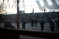 Bialystok, 09.03.2020. Uroczystosci w 31. rocznice ocalenia miasta po katastrofie pociagu przewozacego chlor. 9 marca 1989 roku przez miasto przejezdzal pociag towarowy z ZSRR, ktory przewozil m.in. 12 cystern z cieklym chlorem. Gdy transport przejezdzal przez ul. Poleska, z powodu pekniecia szyny nastapila katastrofa. Cztery cysterny wykoleily sie. Gdyby chlor wyciekl z przewroconych cystern, przy warunkach pogodowych, jakie wowczas panowaly, oblok mogl rozprzestrzenic sie na 3-4 kilometry szerokosci i nawet 50 kilometrow dlugosci, mogly byc tysiace ofiar. To, ze nikt w tej katastrofie nie ucierpial, wielu bialostoczan uznalo za cud i stalo sie to dzieki wstawinnictwu bl. ks Michala Sopocko N/z krzyz w miejscu katastrofy na ulicy Poleskiej N/z procesja ulica Poleska fot Michal Kosc / AGENCJA WSCHOD