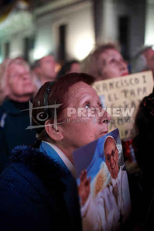 Milhares de pessoas se reuniram na Praça de Maio, para uma vigília ao lado da Catedral de Buenos Aires, onde as pessoas esperavam para a cerimônia de inauguração do Papa Francisco I, em 19 de março de 2013. FOTO: Jefferson Bernardes/Preview.com