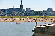 Nederland, nijmegen, 26-8-2016Mensen trekken massaal naar de oevers van de waal en de nieuwe spiegelwaal in het rivierpark aan de overkant van Nijmegen op deze warmste 25 augustus ooit . Het nieuwe recreatiegebied beleeft haar eerste zomer en blijkt een aanwinst voor de stad en omgeving.Foto: Flip Franssen
