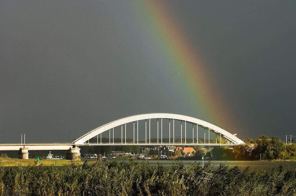 Nederland,  Culemborg, 1 nov 2006&#xA;Regenboog tegen grijze lucht. Bij regen en zonneschijn, zonlicht krijg je een regenboog tegenover de zon&#xA;&#xA;&#xA;Foto: (c) Michiel Wijnbergh<br />