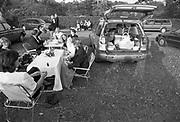 Engeland, England, Henley on Thames, 25-8-1996 Henley festival . muziekfestival met veel luxe en rijke bezoekers . Piknikken bij de auto, varen in luxe en antieke motorjachten op de rivier de thames.Foto: Flip Franssen