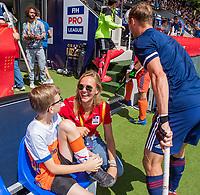 AMSTELVEEN -  Fan of the Match, Willem van hockeyclub Arnhem, met Lynn Luijerink,    voor de wedstrijd om de 3e plaats ,   Nederland-Groot Brittannie (5-3),  bij  de Pro League Grand Final hockeywedstrijd heren. COPYRIGHT KOEN SUYK