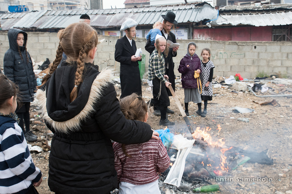 Jerusalem, Israel. 30th March, 2018. A group of people in front of a bonfire in Mea Shearim neighborhood during the morning of Pesach. © Valentin Sama-Rojo.