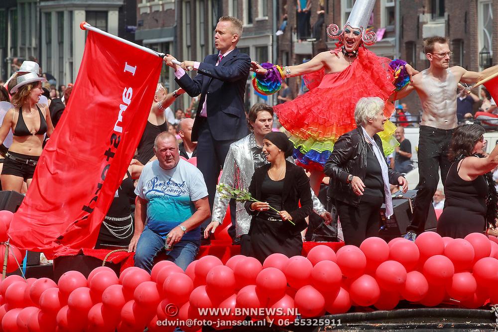 NLD/Amsterdam/20110806 - Canalpride Gaypride 2011, Stadsdeelvoorzitter Fatima Elatik en Eric van der Burg zwaait met de vlag