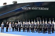 Doop ms Nieuw Amsterdam in Venetie<br /> <br /> Hare Koninklijke Hoogheid prinses Máxima doopt op zondag 4 juli 2010 in Venetië het cruiseschip ms Nieuw Amsterdam van de Holland America Line. Het schip is de tweede in de Signature-klasse. De Nieuw Amsterdam, die plaats biedt aan 2.106 passagiers, wordt gebouwd door de scheepsbouwer Fincantieri-Cantieri Navali Italiani S.p.A. in Marghera, Italië. <br /> <br /> op de foto:<br /> <br />  Prinses Maxima met alle kapiteins van de HAL