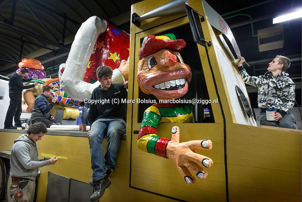 Nederland,  Schijndel, carnavalsvereniging de Plekkers leggen de laatste loodjes aan hun carnavalswagen. op de foto van links naar rechts,Harvey van den Heuvel,Joey van Zwiers,Jeffrey van Dinther,Udo Vervoort en Kevin van de Pol