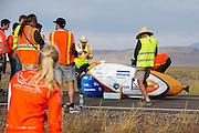 De VeloX4 is klaar voor de kwalificaties. Het Human Power Team Delft en Amsterdam (HPT), dat bestaat uit studenten van de TU Delft en de VU Amsterdam, is in Amerika om te proberen het record snelfietsen te verbreken. Momenteel zijn zij recordhouder, in 2013 reed Sebastiaan Bowier 133,78 km/h in de VeloX3. In Battle Mountain (Nevada) wordt ieder jaar de World Human Powered Speed Challenge gehouden. Tijdens deze wedstrijd wordt geprobeerd zo hard mogelijk te fietsen op pure menskracht. Ze halen snelheden tot 133 km/h. De deelnemers bestaan zowel uit teams van universiteiten als uit hobbyisten. Met de gestroomlijnde fietsen willen ze laten zien wat mogelijk is met menskracht. De speciale ligfietsen kunnen gezien worden als de Formule 1 van het fietsen. De kennis die wordt opgedaan wordt ook gebruikt om duurzaam vervoer verder te ontwikkelen.<br /> <br /> The VeloX4 is ready for the qualifications. The Human Power Team Delft and Amsterdam, a team by students of the TU Delft and the VU Amsterdam, is in America to set a new  world record speed cycling. I 2013 the team broke the record, Sebastiaan Bowier rode 133,78 km/h (83,13 mph) with the VeloX3. In Battle Mountain (Nevada) each year the World Human Powered Speed ??Challenge is held. During this race they try to ride on pure manpower as hard as possible. Speeds up to 133 km/h are reached. The participants consist of both teams from universities and from hobbyists. With the sleek bikes they want to show what is possible with human power. The special recumbent bicycles can be seen as the Formula 1 of the bicycle. The knowledge gained is also used to develop sustainable transport.