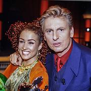 NLD/Aalsmeer/19980316 - Sterrenplaybackshow 1998, Katja Schuurman en presentator Henny Huisman