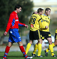 Fotball, 18. februar 2002, La Manga. Lillestrøm - Helsingborgs IF 4-1. Clayton Zane, (t.h.) og Arild Sundgot julber etter en Zane-scoring.