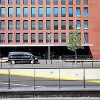 Nederland, Amsterdam , 23 augustus 2013.<br /> n september vindt de officiële opening plaats van onze nieuwe locatie in Amsterdam: De Nieuwe Valerius, academisch psychiatrisch centrum VUmc-GGZ inGeest.<br /> Vanaf begin september verhuizen diverse klinieken en poliklinieken voor volwassenen en ouderen naar een nieuwe locatie: De Nieuwe Valerius aan de Amstelveenseweg in Amsterdam. Deze locatie is gehuisvest in nieuwbouw van VUmc waar ook de spoedeisende hulp van VUmc en Stichting Gastenverblijven (voor familie van patiënten van VUmc) een plek krijgen. In De Nieuwe Valerius worden afdelingen vanuit bestaande locaties samengevoegd om gezamenlijk kwalitatief hoogwaardige zorg te bieden aan de patiënt. We zijn continu bezig met innovatie, verbetering en ontwikkeling van ons zorgaanbod. Nu we in de directe nabijheid van VUmc zitten, krijgt het wetenschappelijk onderzoek op het grensvlak tussen lichamelijke en psychische aandoeningen een stevige stimulans.Gebouw en omgeving zijn zo ontworpen dat de vormgeving en inrichting ervan bijdragen aan het welbevinden van de patiënt en een voorspoedige genezing. <br /> <br /> Foto:Jean-Pierre Jans