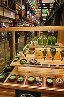 Japon, île de Honshu, région de Kansaï, Kyoto, boutique de patisserie au thé vert dans le marché de Nishiki // Japan, Honshu island, Kansai region, Kyoto, green tea cake shop at Nishiki market
