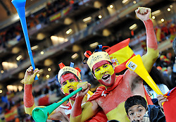 11.07.2010, Soccer-City-Stadion, Johannesburg, RSA, FIFA WM 2010, Finale, Niederlande (NED) vs Spanien (ESP) im Bild Spanische Fans feiern den ersten WM Titel, EXPA Pictures © 2010, PhotoCredit: EXPA/ InsideFoto/ Perottino *** ATTENTION *** FOR AUSTRIA AND SLOVENIA USE ONLY! / SPORTIDA PHOTO AGENCY