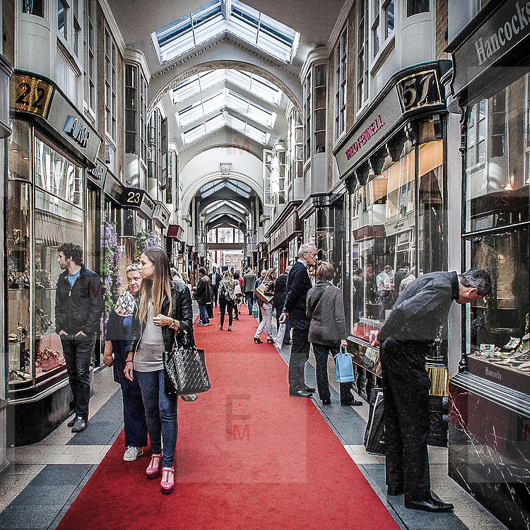 Burlington Arcade, galleria commerciale di lusso in Piccadilly Street.<br /> <br /> Burlington Arcade, the luxury commercial gallery in Piccadilly Street.