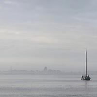 LEMMER - Skûtsje voor anker in de baai van Lemmer bij Woudagemaal