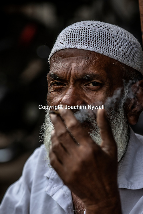 2019 09 27 Delhi India<br /> Porträtt av en gammal Indisk man som röker<br /> <br /> ----<br /> FOTO : JOACHIM NYWALL KOD 0708840825_1<br /> COPYRIGHT JOACHIM NYWALL<br /> <br /> ***BETALBILD***<br /> Redovisas till <br /> NYWALL MEDIA AB<br /> Strandgatan 30<br /> 461 31 Trollhättan<br /> Prislista enl BLF , om inget annat avtalas.