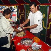 Huizerdag 2002, verkoop snoep, gebak in Turks koffiehuis