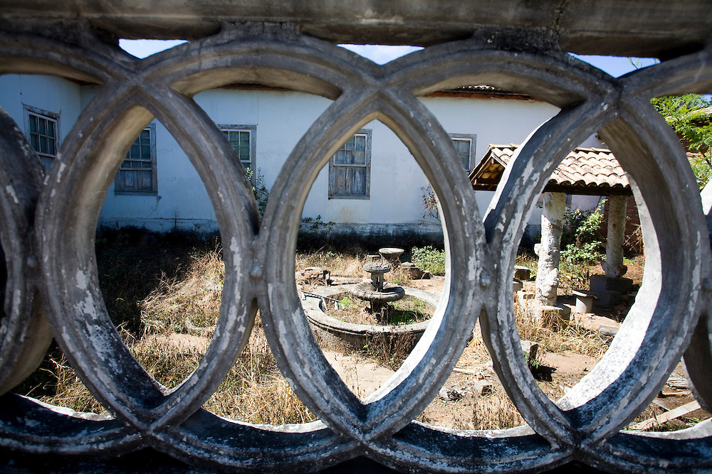 Oliveira_MG, Brasil...Casa abandonada em Oliveira...A desert house in Oliveira...Foto: LEO DRUMOND / NITRO