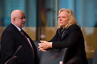 DEU, Deutschland, Germany, Berlin, 05.11.2018: Jürgen Pohl und Ulrike Schielke-Ziesing (MdB, Alternative für Deutschland, AfD) vor Beginn einer Sitzung des Arbeitsausschusses im Deutschen Bundestag.