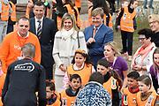 Koning Willem-Alexander en koningin Maxima bij basisschool De Vijfmaster tijdens de jaarlijkse Koningsspelen. //// King Willem-Alexander and Queen Maxima at elementary school De Fivemaster during the annual Royal Games.<br /> <br /> Op de foto / On the photo:  Koning Willem-Alexander en koningin Maxima bij de sportactiviteiten //// King Willem-Alexander and Queen Maxima in sports activities