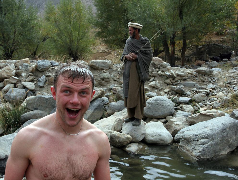 Norsk mann i forgrunnen og Afghansk gjeter i bakgrunnen<br /> <br /> Norwegian man in front, Afghan herdsman in the back