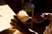 Mariana_MG, Brasil...Detalhe de uma mao fazendo artesanato com bucha vegetal...Detail of a hand doing crafts with loofahs...Foto: LEO DRUMOND / NITRO.