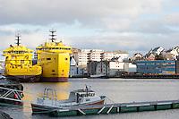 World Pearl (t.v.) og World Diamond fra World Wide Supply ligger i opplag i Ålesund under oljekrisen 2016.<br /> Foto: Svein Ove Ekornesvåg