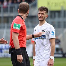 Leart Paqarada (Nr.19, SV Sandhausen) im Gespräch mit Schiedsrichter Rene Rohde beim Spiel in der 2. Bundesliga, SV Sandhausen - FC St. Pauli.<br /> <br /> Foto © PIX-Sportfotos *** Foto ist honorarpflichtig! *** Auf Anfrage in hoeherer Qualitaet/Aufloesung. Belegexemplar erbeten. Veroeffentlichung ausschliesslich fuer journalistisch-publizistische Zwecke. For editorial use only. For editorial use only. DFL regulations prohibit any use of photographs as image sequences and/or quasi-video.
