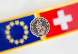 THEMENBILD - Schweizer Franken Münze vor Flagge der Schweiz und der Europäischen Union. Aufgenommen am 05.02.2015 in Wien, Österreich // swiss franc CHF in front of flags of Switzerland and the European Union. Image was taken in Vienna, Austria on 2015/02/05. EXPA Pictures © 2015, PhotoCredit: EXPA/ Michael Gruber