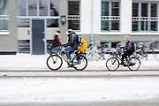 Een man fietst met zijn kinderen door de sneeuw in Utrecht.<br /> <br /> In Utrecht a man cycles with his children in the snow.